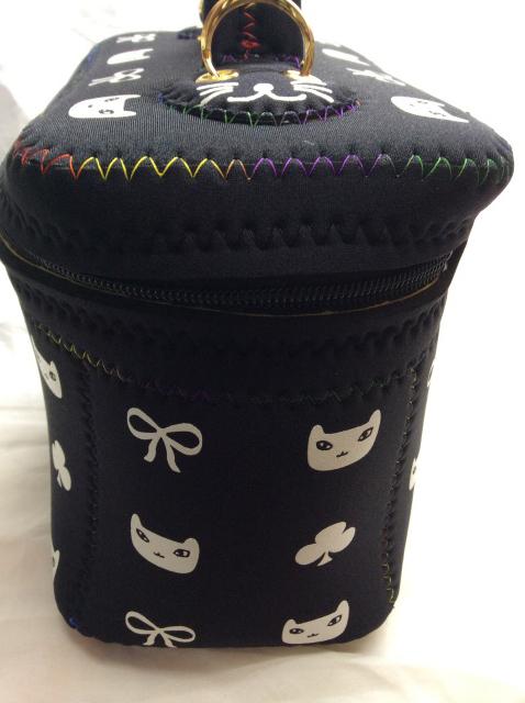 猫柄バニティバッグの幅を見せるために横から写した画像