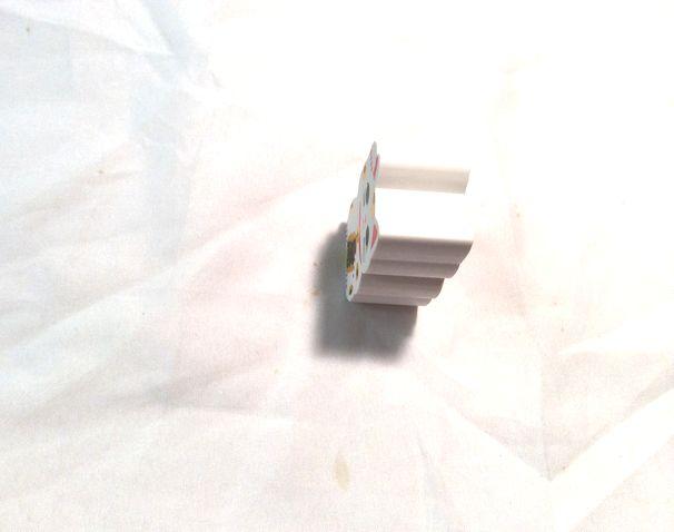 招き猫型ダイカットプラスチック消しゴム三毛猫を上からうつした画像