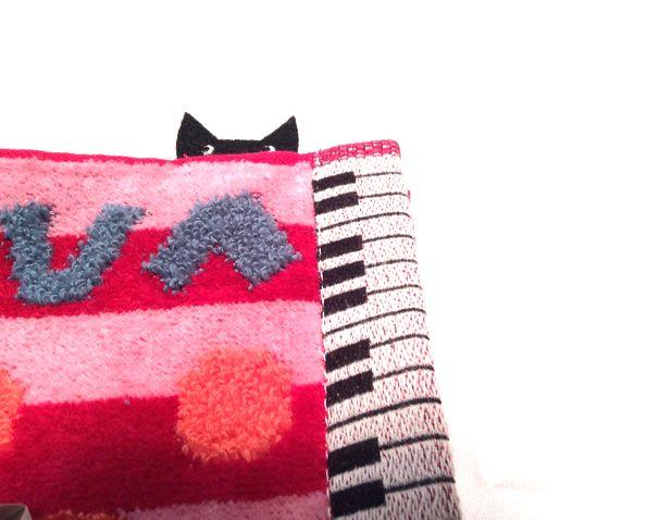 マタノアツコ先生のねこふんじゃった鍵盤「ひょっこり黒猫」タオルハンカチの黒猫部分のクローズアップ画像