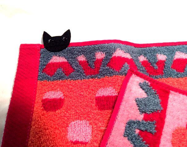 マタノアツコ先生のねこふんじゃった鍵盤「ひょっこり黒猫」タオルハンカチの裏側の画像