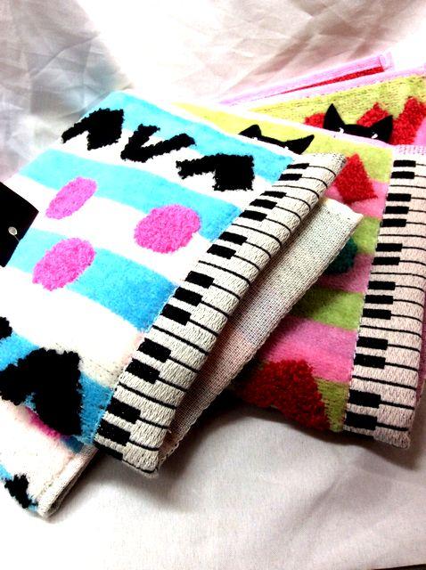 マタノアツコ先生のねこふんじゃった鍵盤「ひょっこり黒猫」タオルハンカチの色違いハンカチを折り畳んで並べた画像