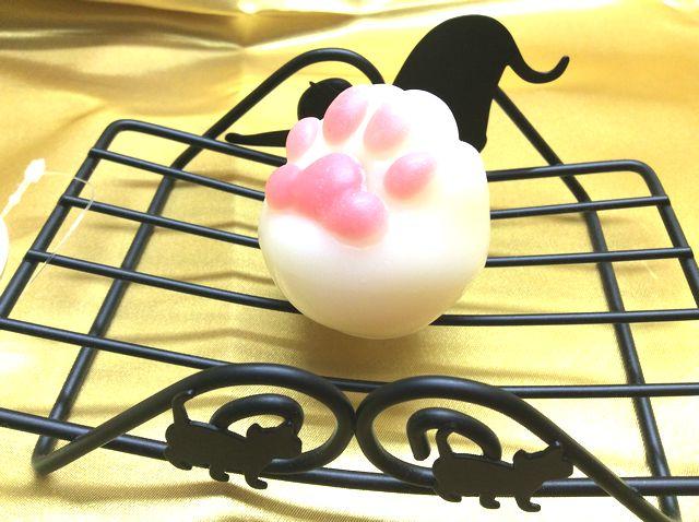 大西賢デザインcatスチール製石けん置きに肉球石けんを置いた画像