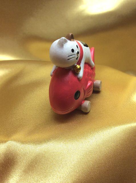 オトボケ三毛猫の置物の正面の画像