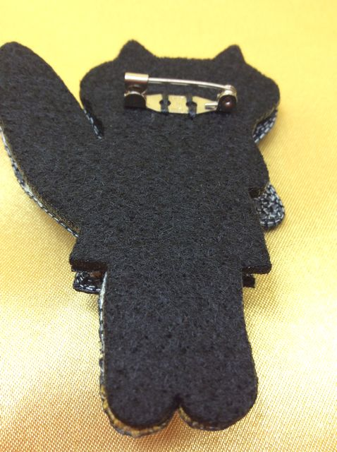 Atsuko Matanoの黒猫ブローチの裏側の画像
