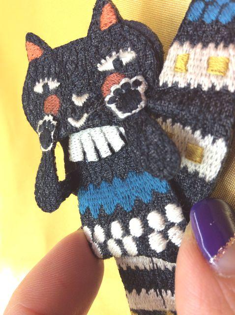 Atsuko Matanoの黒猫ブローチクローズアップ画像