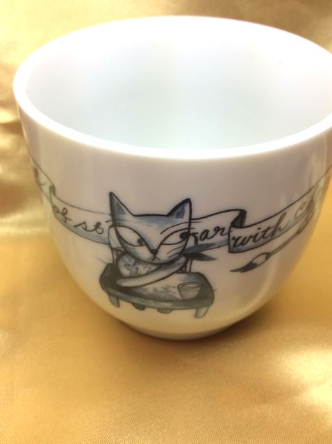 Shinzi Katohの可愛い4匹の猫蓋付マグカップの星を隠す猫のクローズアップ画像