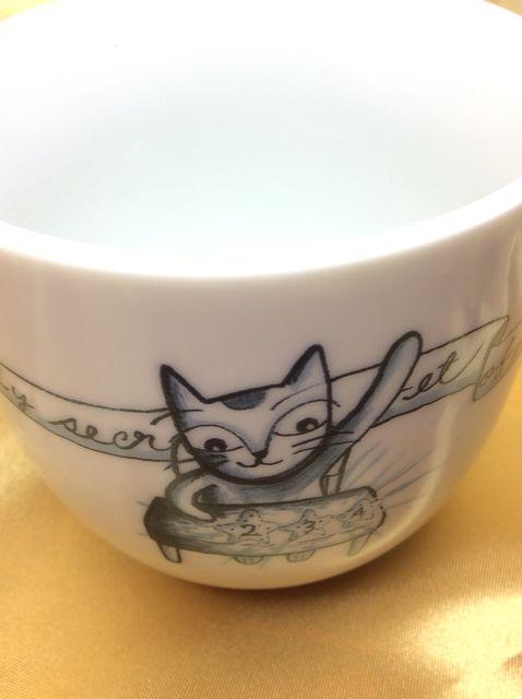 Shinzi Katohの可愛い4匹の猫蓋付マグカップの手を上げる猫の部分のクローズアップ画像