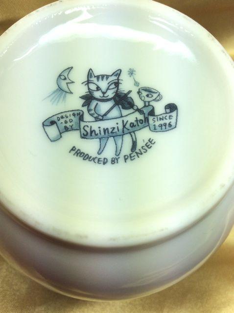 Shinzi Katohの可愛い4匹の猫蓋付マグカップの底の部分のクローズアップ画像