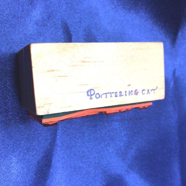 ポタリングキャット水濡れ注意スタンプの横の部分のクローズアップ画像