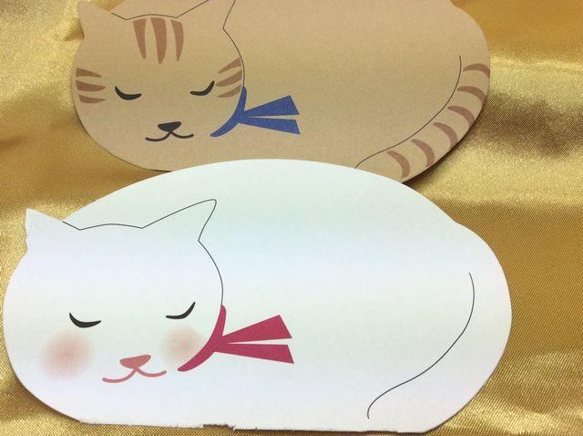 ダイカットメモの中紙の茶トラ猫と白猫の画像