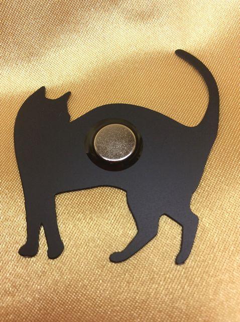 黒猫のシルエットマグネットの裏側の画像