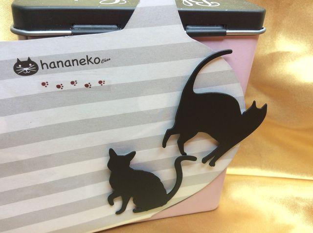 黒猫のシルエットマグネット2種類を缶に付けた画像