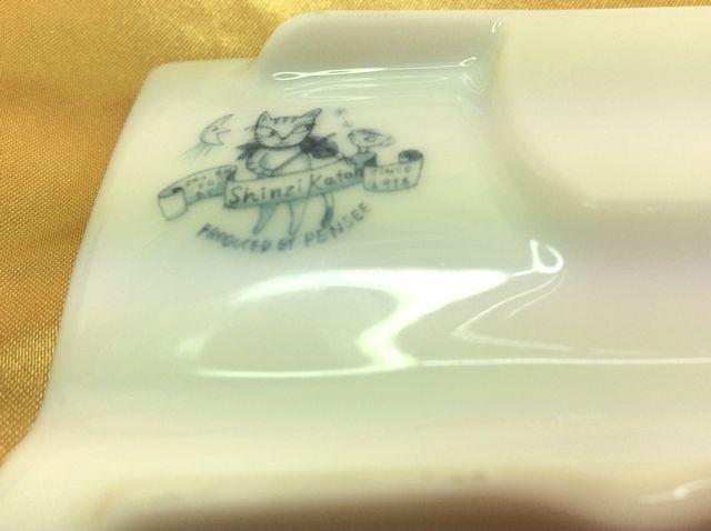 かとうしんじのお醤油皿にも箸置きにもなる便利な小皿の裏側の画像