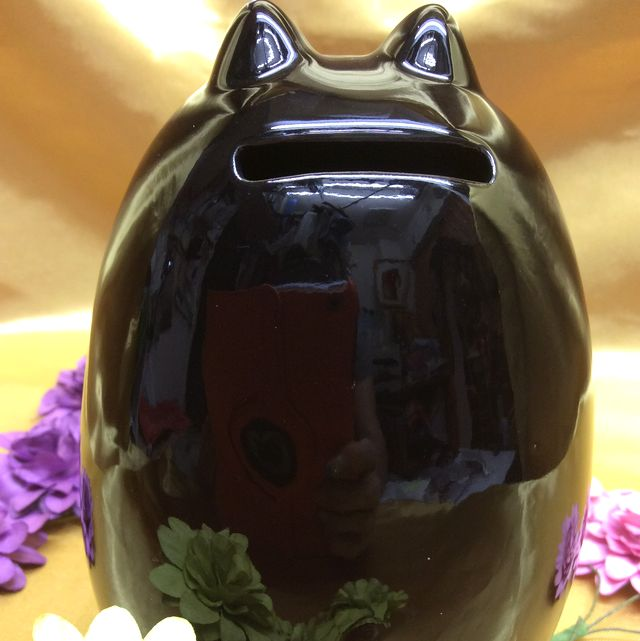 黒猫のスマートフォンスタンドの、頭のコインを入れる部分のクローズアップ画像