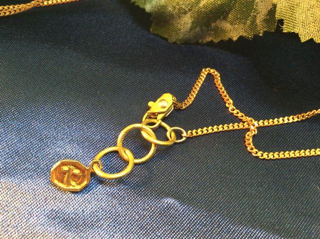 アクセサリー工房の真鍮で出来た物語を感じさせるハンドメイドネックレス脱走の金具部分のクローズアップ画像