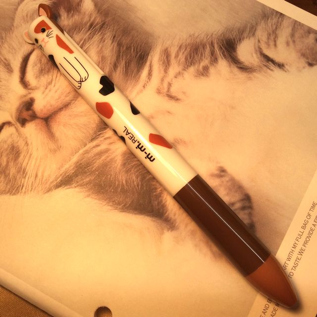 2色のボールペン「mimiペン」の三毛猫バージョンの全体の画像
