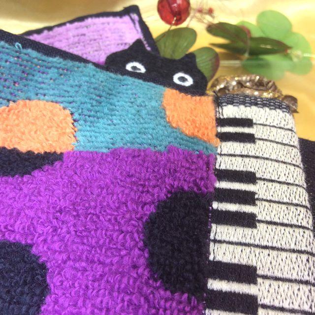 マタノアツコ先生のねこふんじゃった鍵盤「ひょっこり黒猫」タオルハンカチチューリップ紫の画像