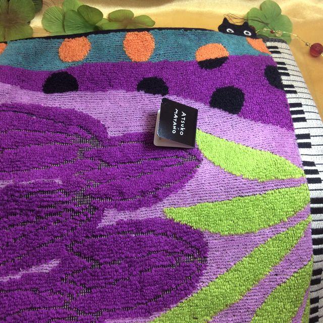 マタノアツコ先生のねこふんじゃった鍵盤「ひょっこり黒猫」タオルハンカチのチューりップ紫の全体の画像