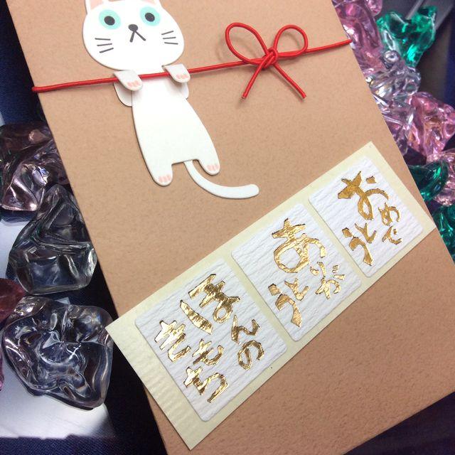 白猫ご祝儀袋「いいねこの袋」の袋の白猫部分とシールのクローズアップ画像