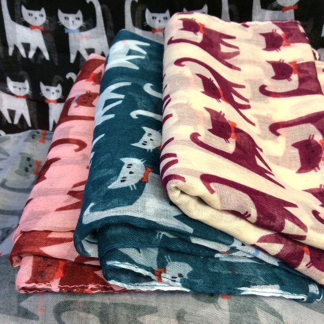 薄手猫柄ストールの全色が分かる様に畳んで並べて置いた画像