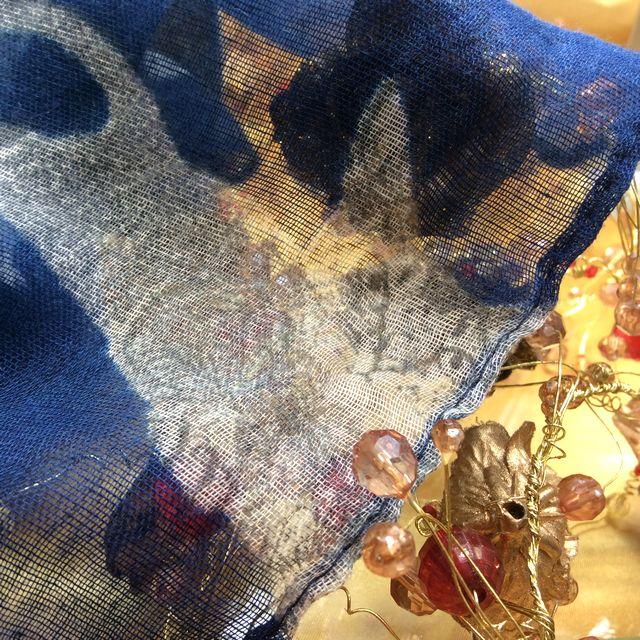 薄手猫柄ストールの透け感を見せるために一枚で写した画像