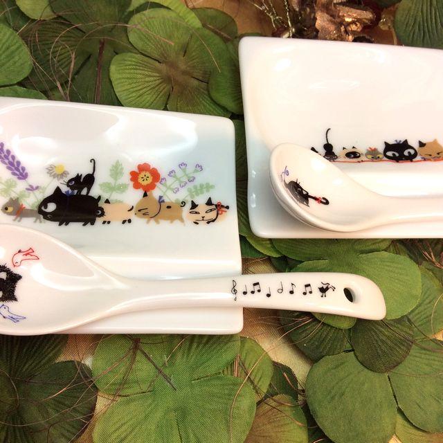 かとうしんじのお醤油皿にも箸置きにもなる便利な小皿を並べた画像