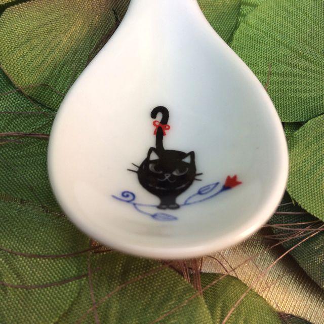 カトウシンジ黒猫ティースプーンのシッポにリボンを付けた黒猫スプーンのクローズアップ画像