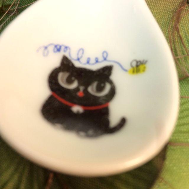 カトウシンジ黒猫ティースプーン太っちょ黒猫と黄色い蝶のクローズアップ画像