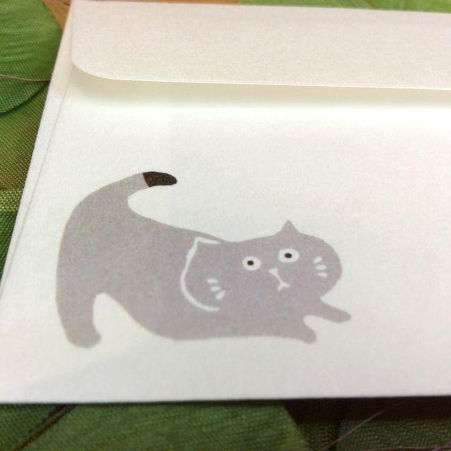 はねうたゆみこさんの猫まめふみ箋セットの封筒のグレー色の猫のクローズアップ画像