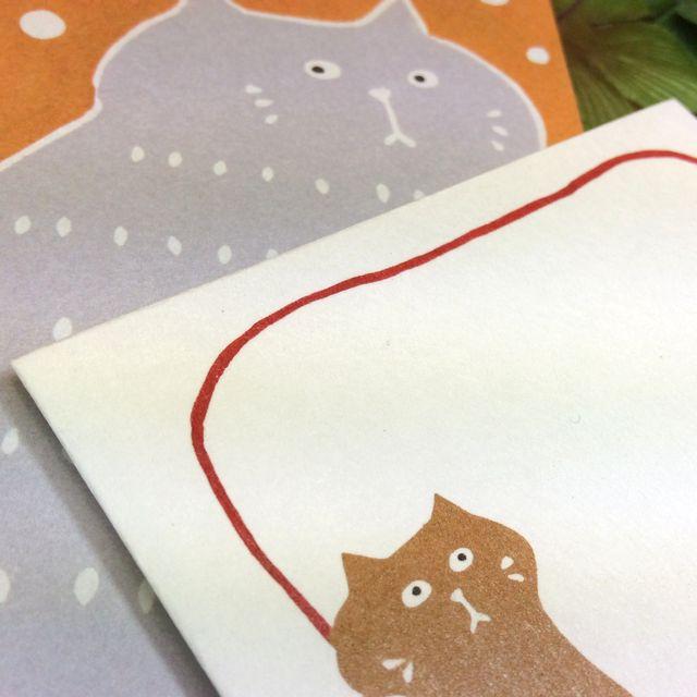 はねうたゆみこさんの猫まめふみ箋セットのセット内容がわかる様に封筒と便箋を並べて置いた画像