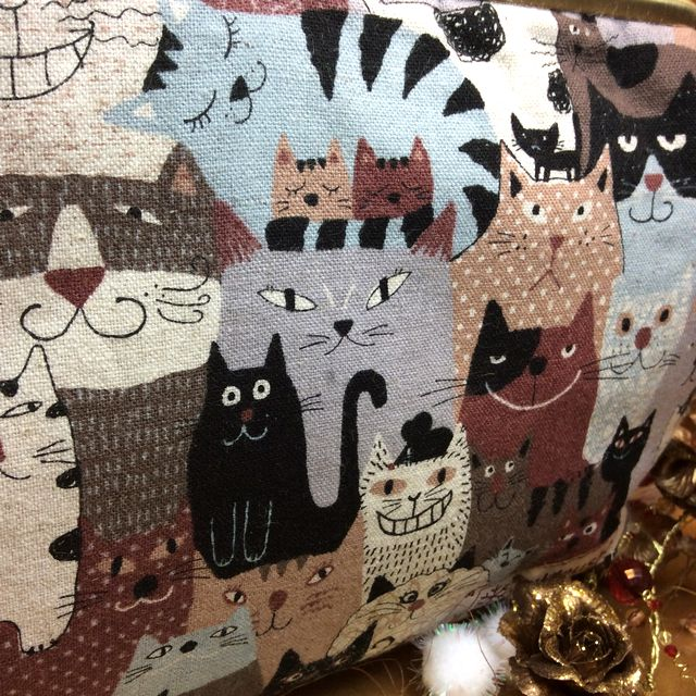 ハンドメイドアーチスト「ゆきむし」さんの猫柄親子がま口クラッチバッグの茶色のクローズアップ画像