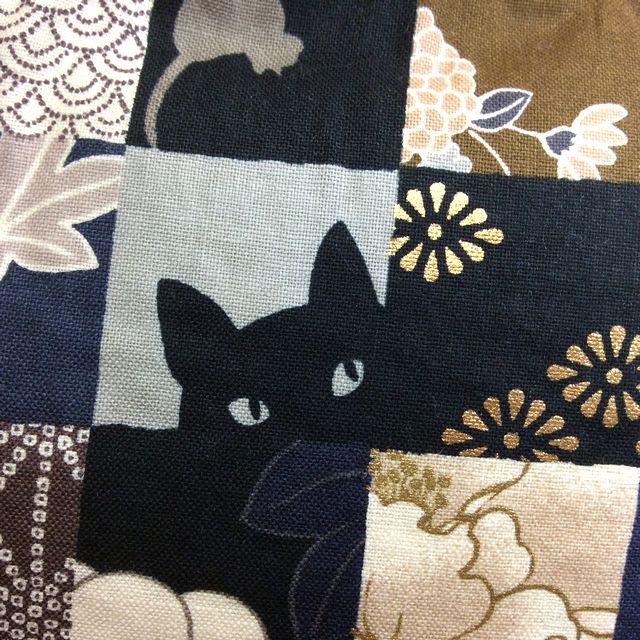 ハンドメイドアーチスト「ゆきむし」さんの猫柄親子がま口クラッチバッグの黒色のクローズアップ画像