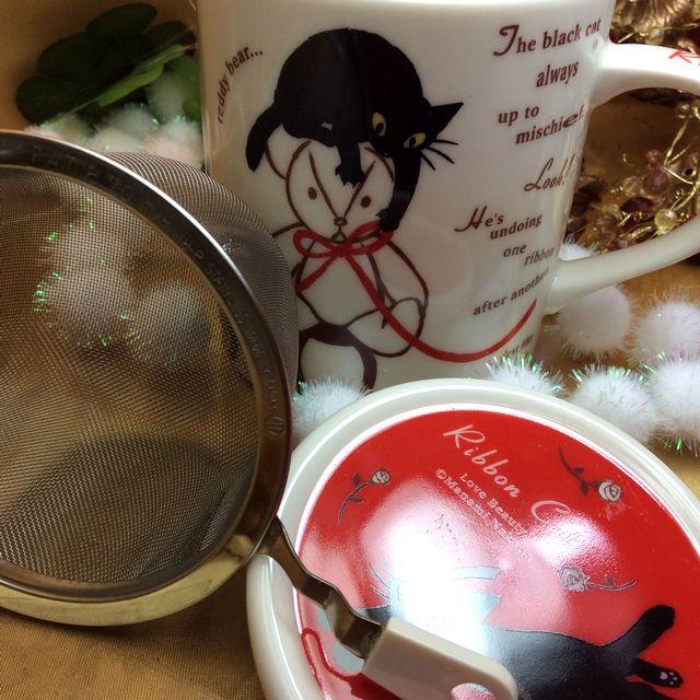 仲田愛美先生の黒猫茶漉し&蓋付きマグカップの茶漉しとふたを横に置いた画像