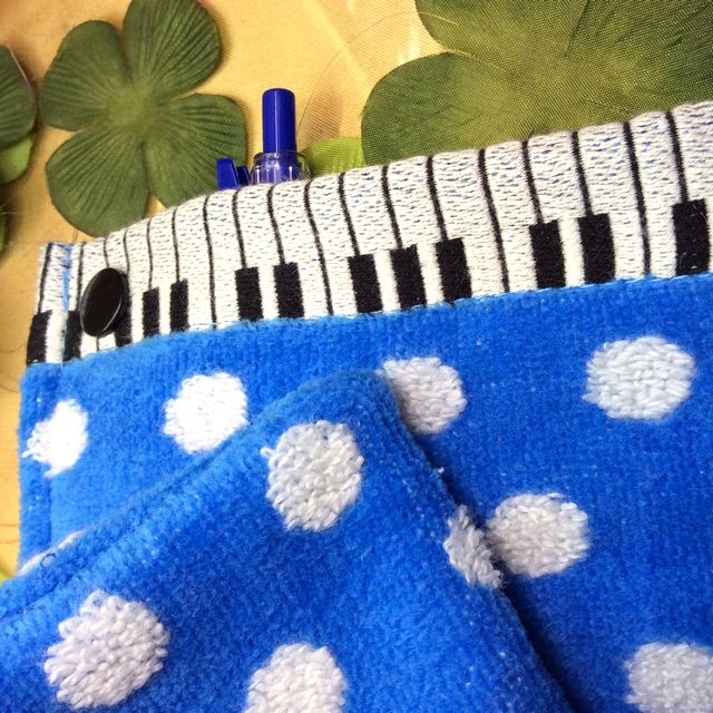 マタノアツコ先生のひょっこり黒猫鍵盤水色の夏ロングポシェチーフにペンを入れてみた画像