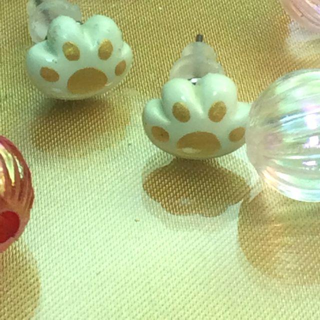 猫雑貨アーティストRU・RU・RUさんのハンドメイド肉球チタンピアス表側のクローズアップの画像