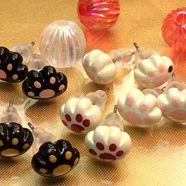 猫雑貨アーティストRU・RU・RUさんのハンドメイド肉球チタンピアスを全部並べた状態の画像