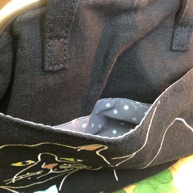 ルートート黒猫がま口セカンドバッグの前側ポケット部分のクローズアップ画像