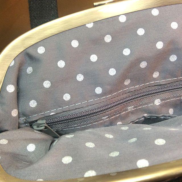 ルートート黒猫がま口セカンドバッグの口を開けてファスナー付き内ポケットを写した画像