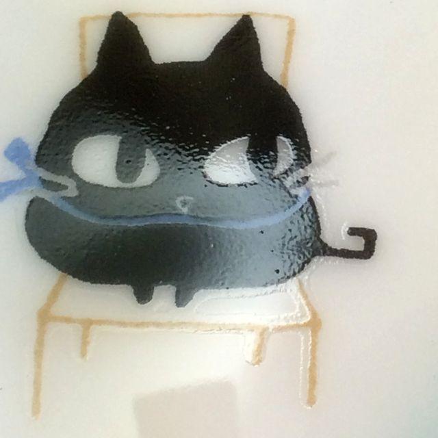 かとうしんじ先生のアニーブンキャットハート型小皿の黒猫青リボンのクローズアップ画像