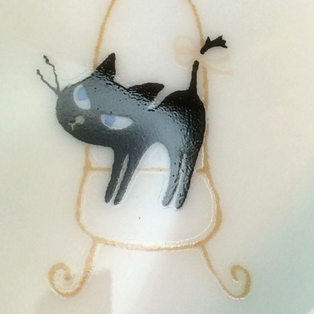 かとうしんじ先生のアニーブンキャットハート型小皿の黒猫立ち姿のクローズアップ画像