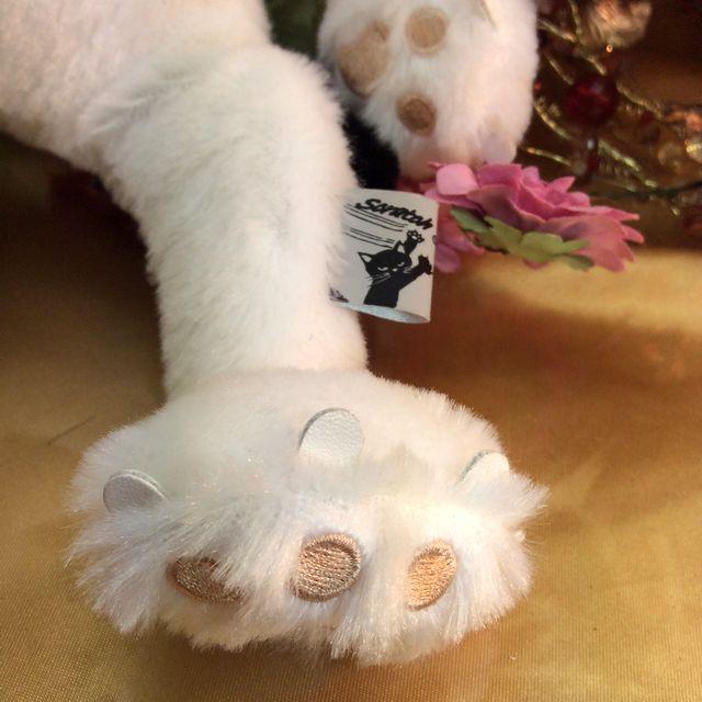 猫のスクラッチの縫いぐるみのミルクの手足部分のクローズアップ画像