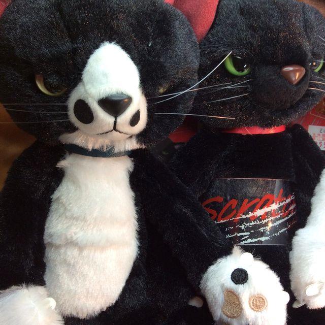 猫のスクラッチの縫いぐるみの白黒ハチワレ猫のソックスと黒猫のスクラッチの画像