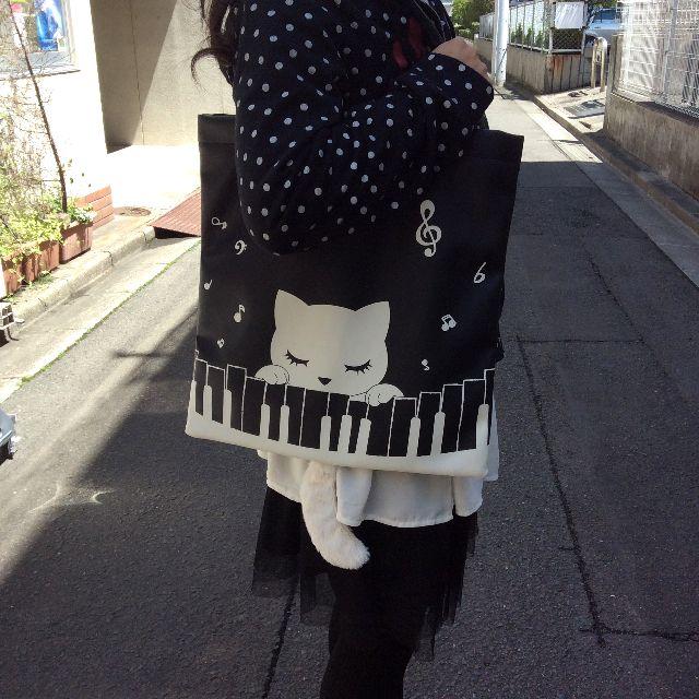 猫のプーちゃんのトートバッグを人間との大きさを比較するために肩に掛けた状態の画像