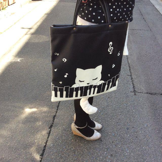 猫のプーちゃんのトートバッグを手で持った状態の画像
