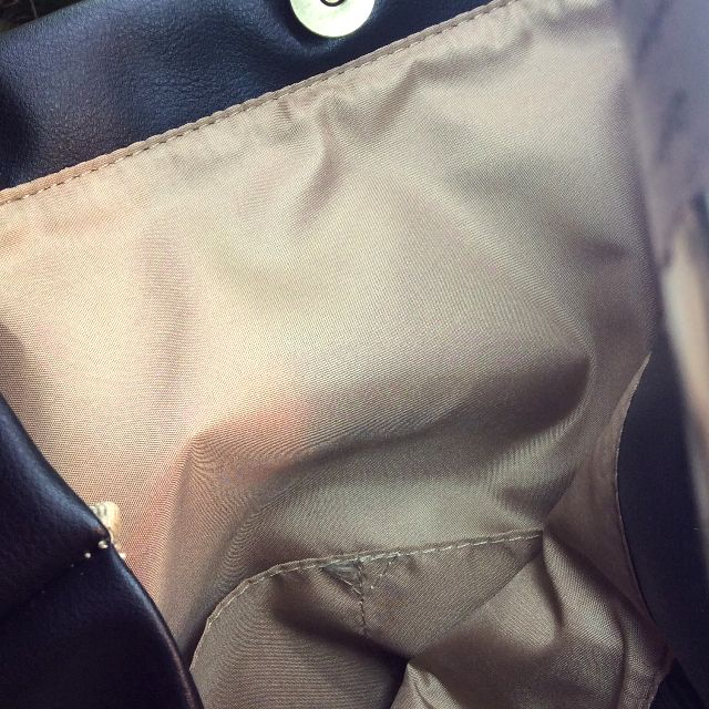 猫のプーちゃんのトートバッグの内側のマグネットボタンとポケット部分のクローズアップ画像