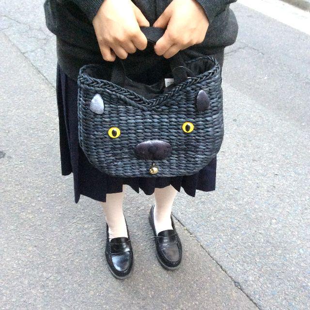 スーパープランニングのルートート猫かごバッグを大きさ比較のため人間が手で持っている画像