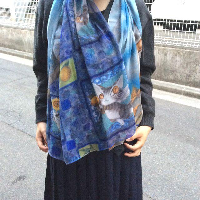 池田あきこ先生のわちふぃーるどダヤンのアートプリントストールアンダルシアを人間が首に巻いて、ボリューム感を確認した画像