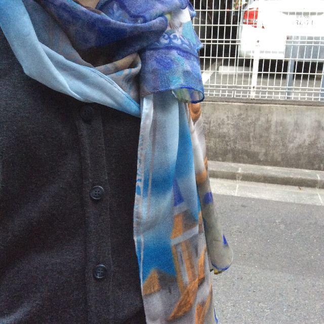 池田あきこ先生のわちふぃーるど社のダヤンのアートプリントストールアンダルシアを首に巻いたところの画像