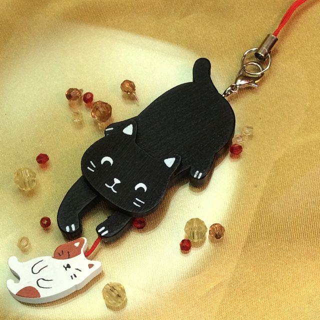 のあぷらす社もりまさこ先生の木製親子ストラップ黒猫の全体写真