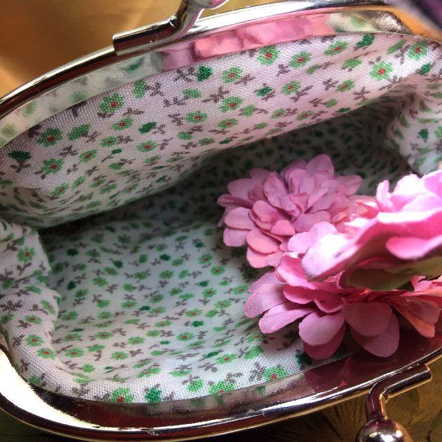ゆきむしさん作ハンドメイドがま口ポーチブルー猫内側の緑の小花の写真